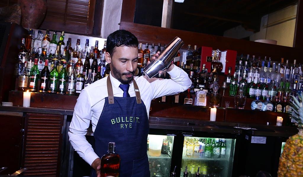 Cómo convertirte en un bartender profesional